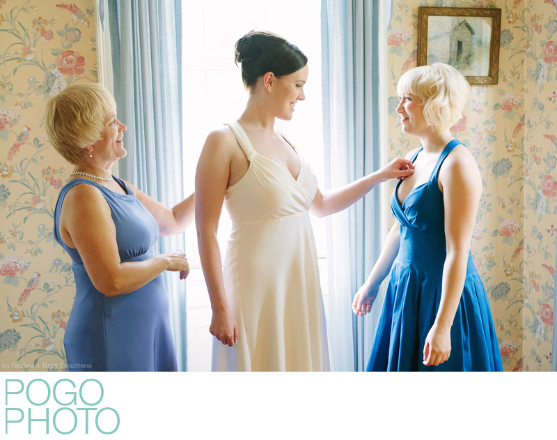 The Pogo Wedding: Em getting ready with sister and mom