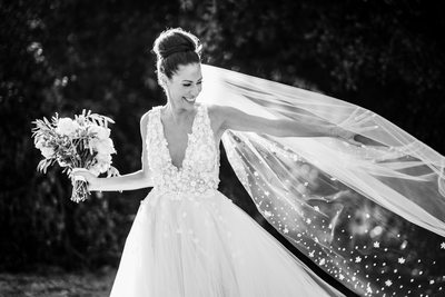 A Stunning Bride Wearing Oscar de  la Renta Dress and Veil