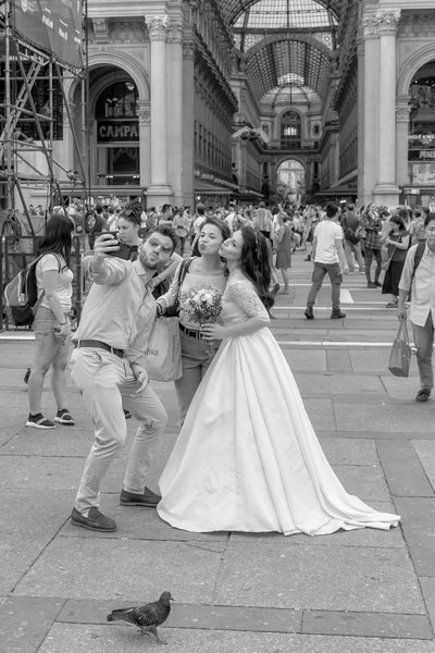 Milan Italy selfie on wedding day | Zoart Photography