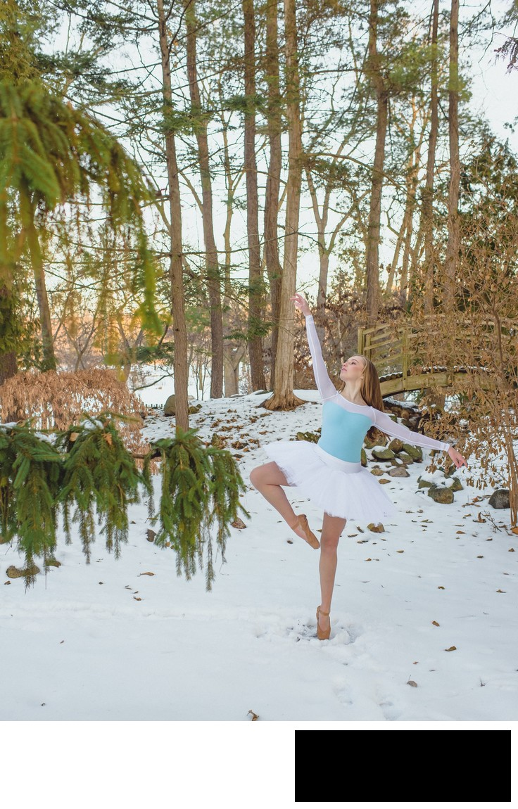 chicago dance photographer editorial fashion style ballerina pointe shoes winter snow pointe