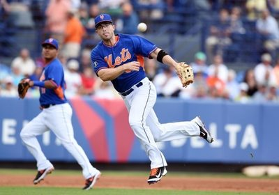 NY Mets 3b David Wright throws to first base