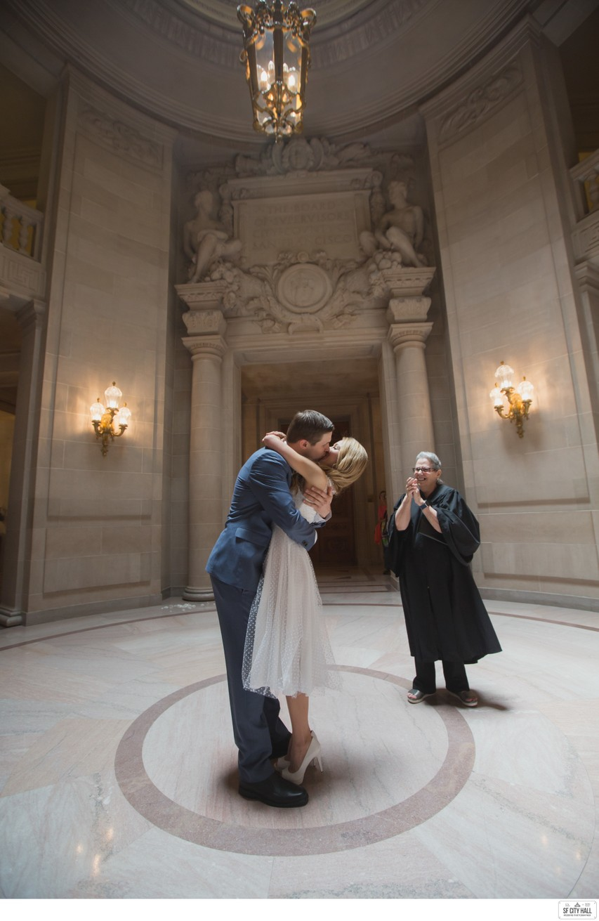 Kissing at the Rotunda