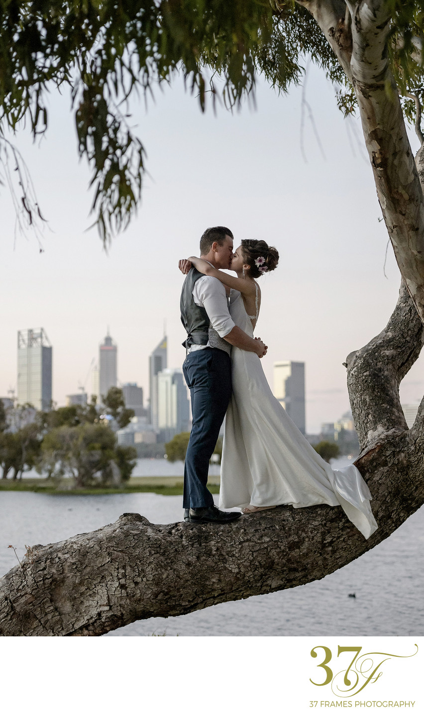 7 NATURAL POSING TIPS FOR YOUR WEDDING PHOTOS