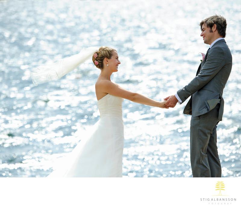 7c39507c63d9 Brudpar, bröllop och glittrande hav på Marstrand - Porträttfoto ...