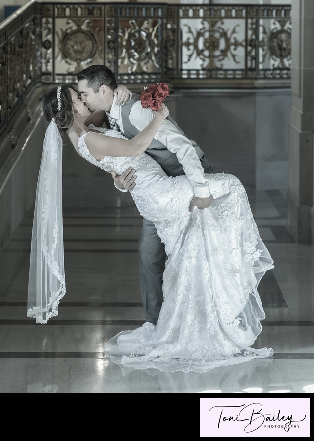 Kiss in the hallway with red roses