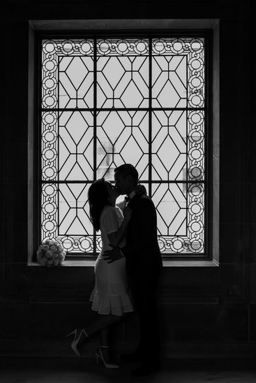 silhouette kiss in city hall window