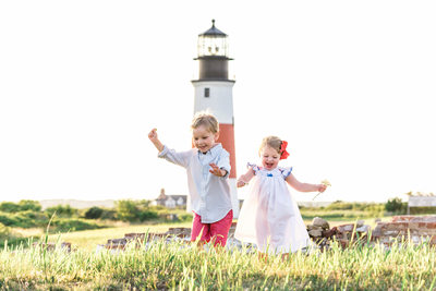 kids playing at nantucket lighthouse