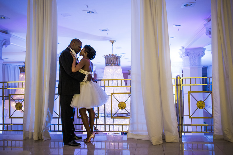 200 Peachtree Atlanta Wedding Photographer Couple Kiss