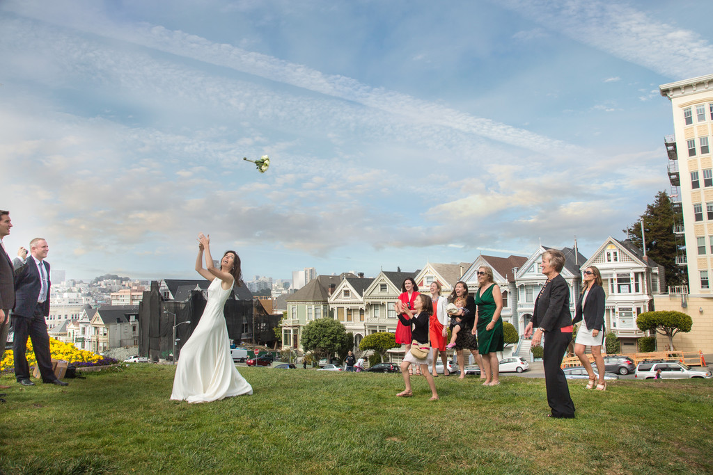 Bouquet-toss-in-front-of-the-painted-ladies