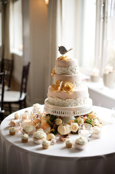 Wedding Details - Peach Wedding Cake with Cupcakes
