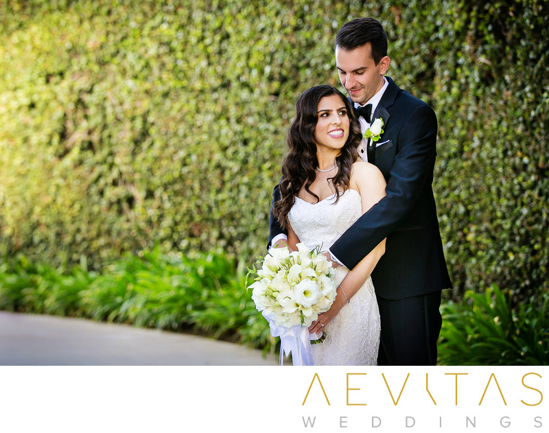 Romantic couple embrace at Skirball Cultural Center