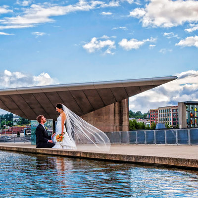 Bride's veil blows in breeze at Museum of Glass pool