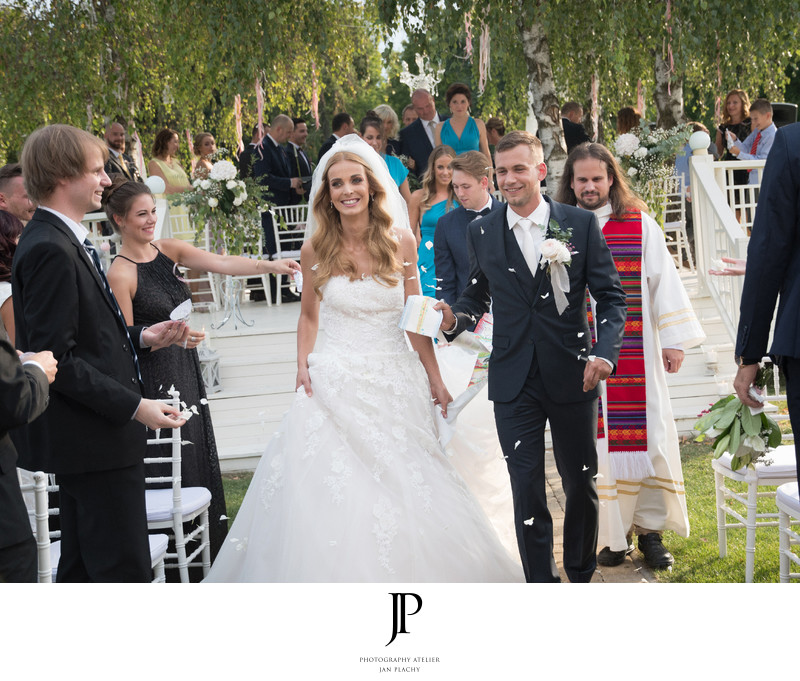 Garden wedding ceremony photographer Jan Plachy