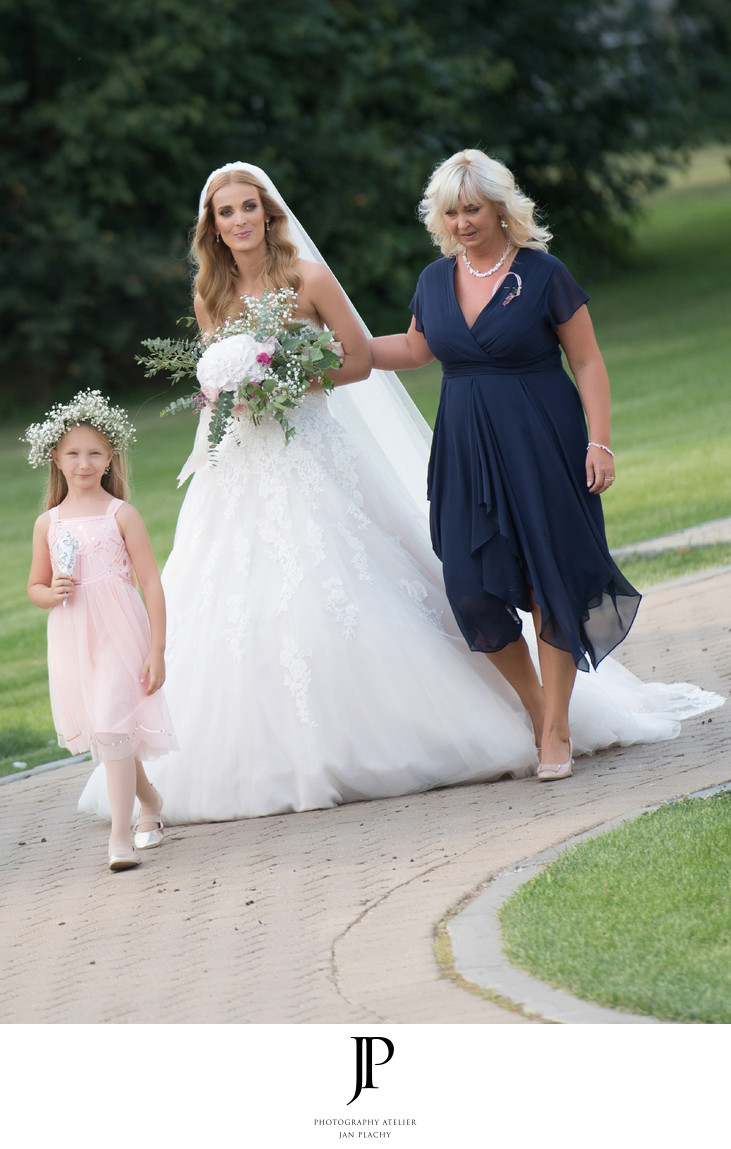 Bride photography with her mum photo Jan Plachy
