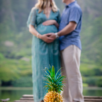 Maternity picture with pineapple