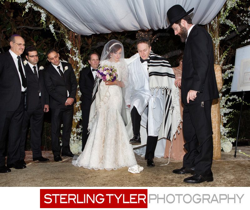 groom breaks glass at jewish wedding
