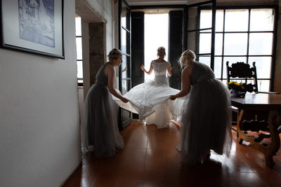 The bridesmaids being a great help to Emma Malcesine