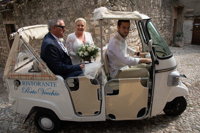 Tuk tuk makes bride happy in Malcesine on Lake Garda