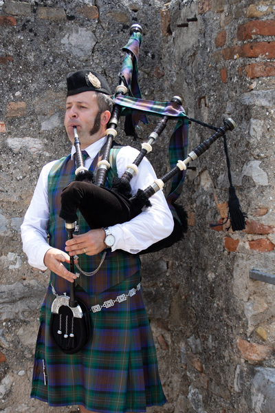 Piper playing during the ceremony in Malcesine castle