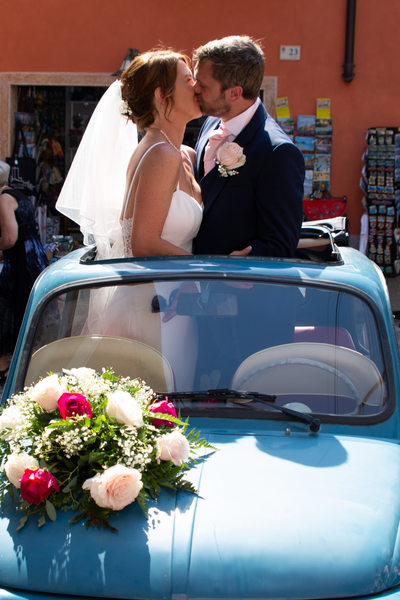 Happy couple in Malcesine in the blue fiat 500