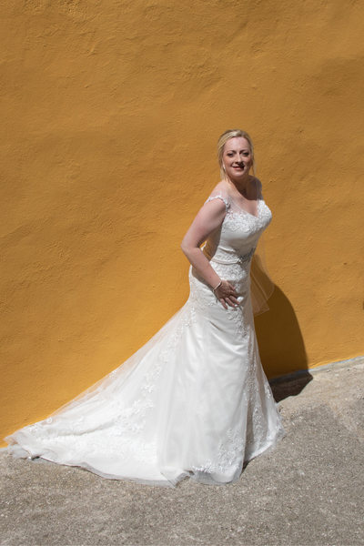 Bright colors and stunning bride in Malcesine Castle