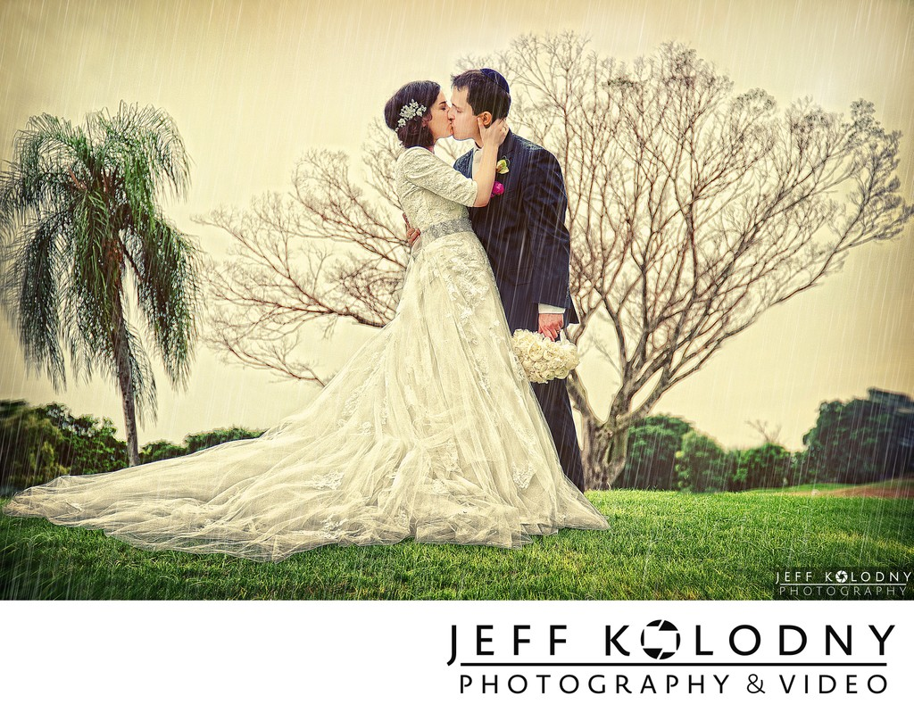 Kiss in the rain at a South Florida jewish wedding.