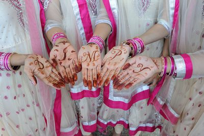 displaying henna hands