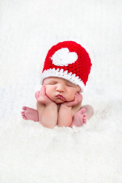 Froggy pose newborn with heart hat