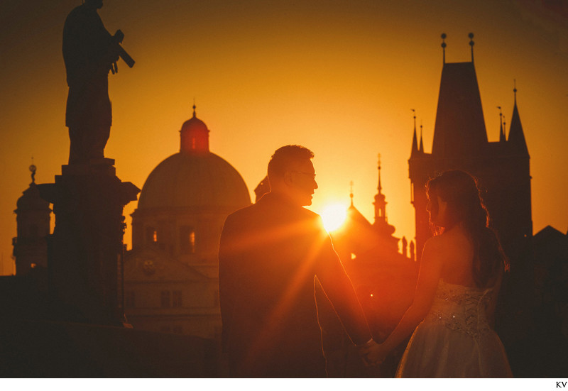A golden sunrise pre wedding photo session in Prague