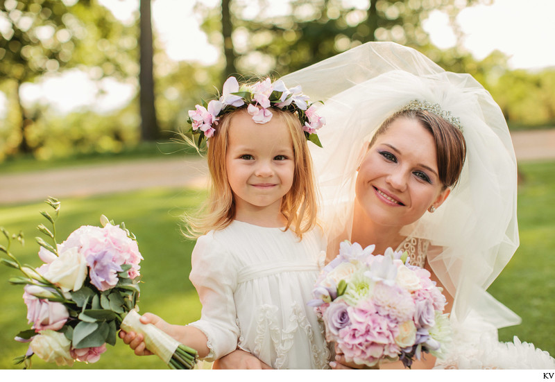 flower girl and beautiful bride Chateau Mcely wedding