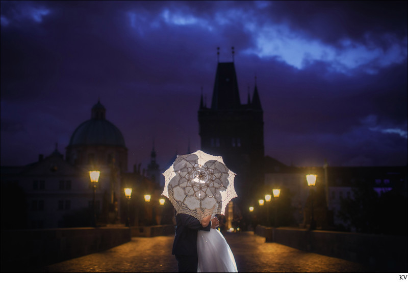 love story photos Prague / pre wedding Charles Bridge