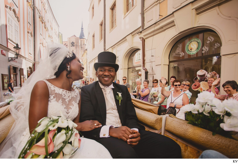 carriage ride for Mr & Mrs - Prague wedding photography