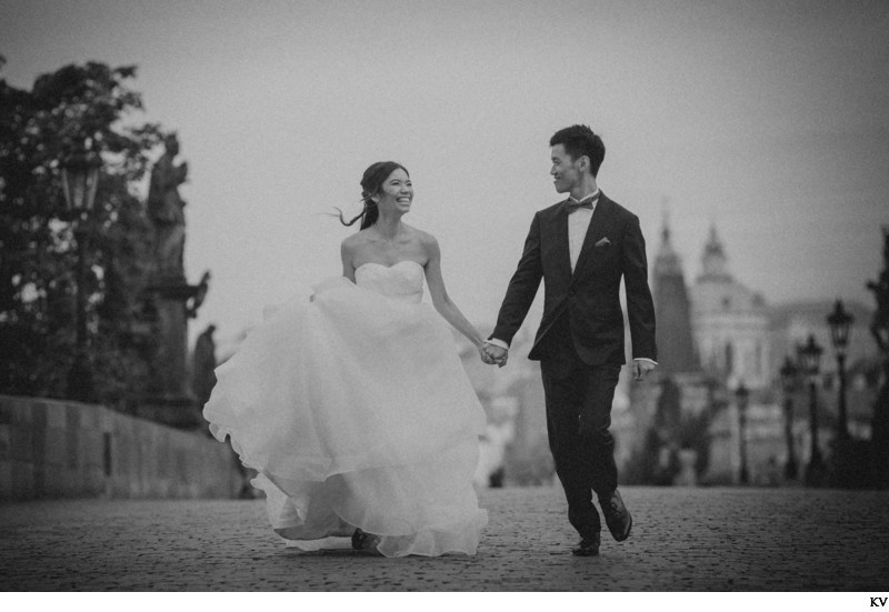 Running across the Charles Bridge B&W Photo pre-wedding