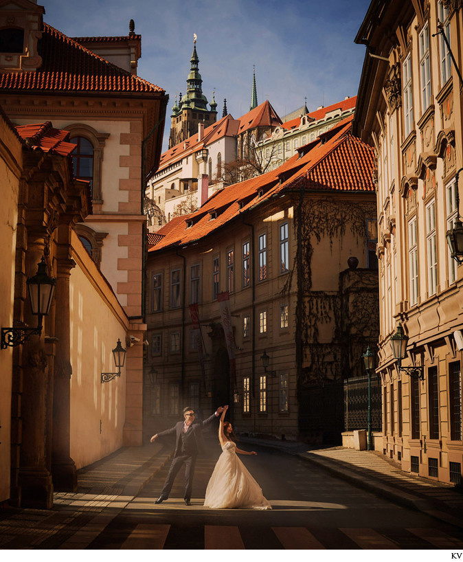inspired by La La Land Prague pre-wedding portrait