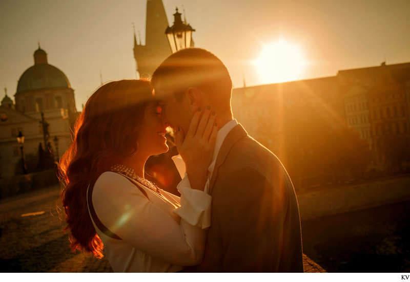 Golden Light intimate Kiss - anniversary photos Prague