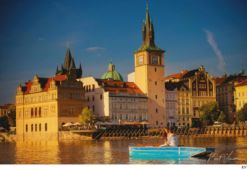 wedding couple in boat golden light hour Prague photo