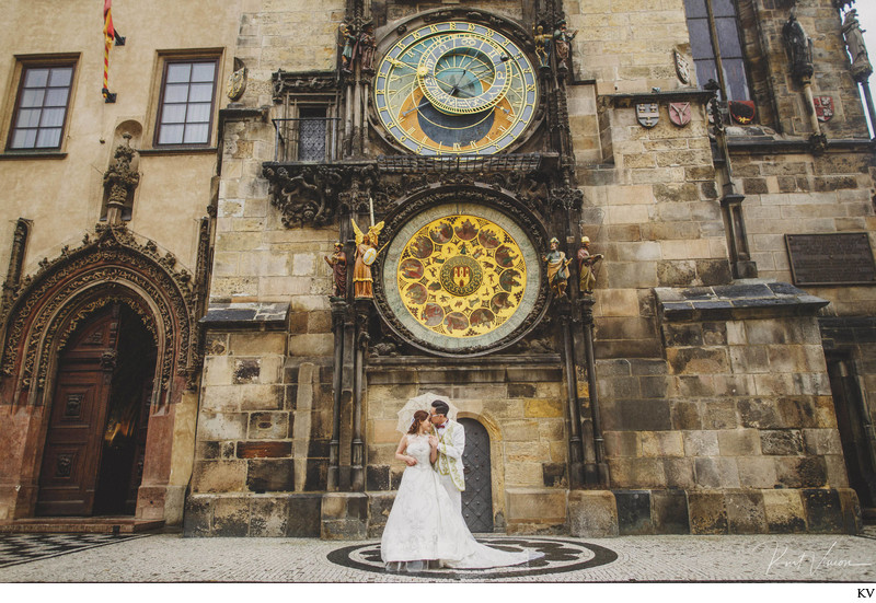 lovers under the Astronomical Clock in the rain Prague