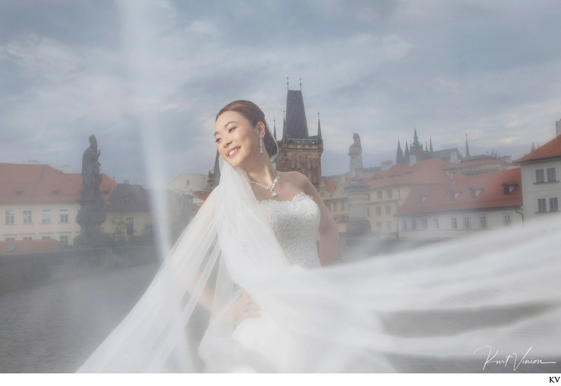 Hong Kong bride delights under the wedding veil Prague