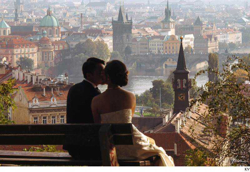 a kiss above Mala Strana in Prague ER pre-wedding photo