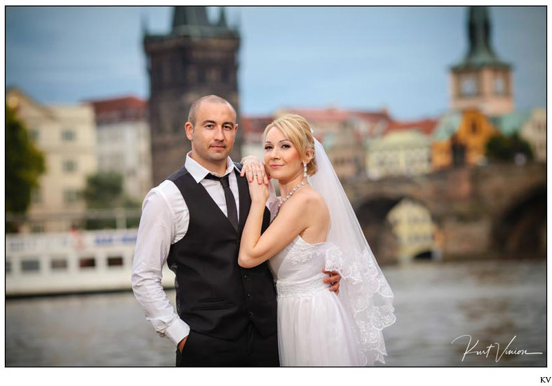 Israeli wedded couple near the Charles Bridge