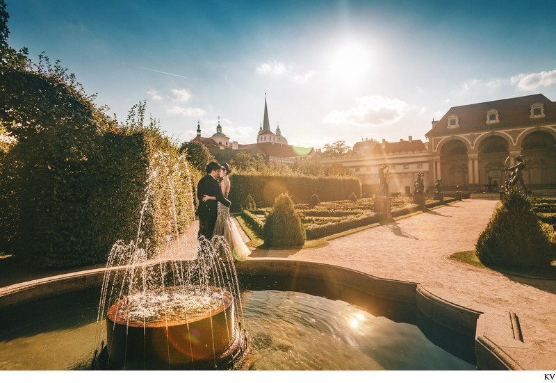 K+S sun kissed pre wedding at Wallenstejn garden
