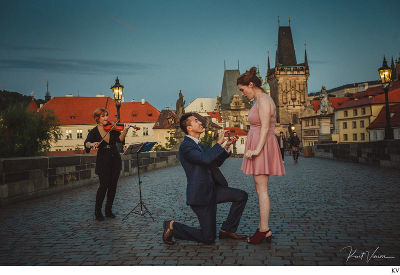 Surprise marriage proposal Charles Bridge Violinist