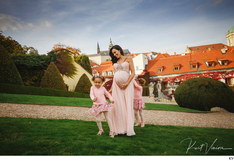 Sara and her daughters maternity portraits Vrtba Garden