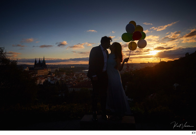 A sunrise marriage proposal overlooking Prague
