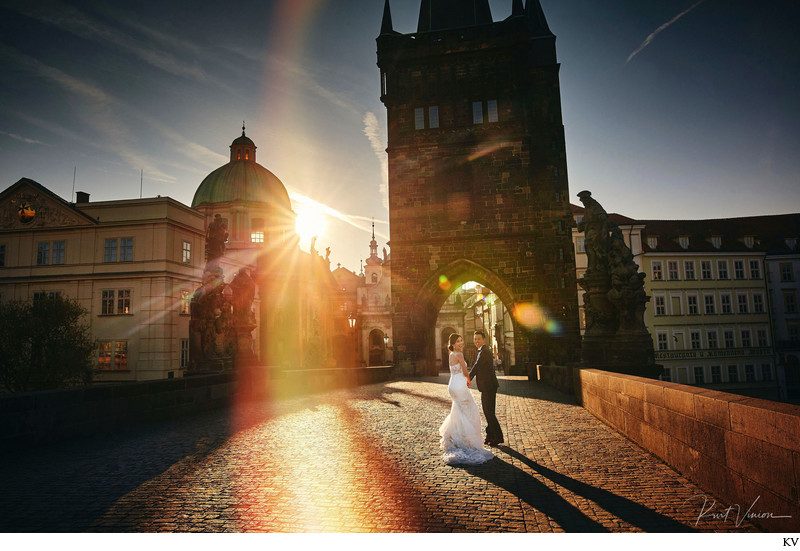 Artistic Golden Light pre-weddings Charles Bridge