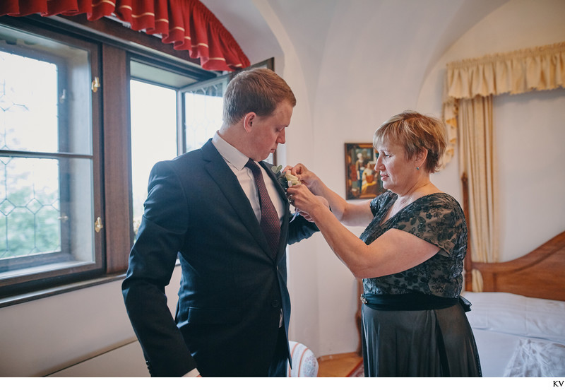 Hluboka Castle wedding photo mother & groom
