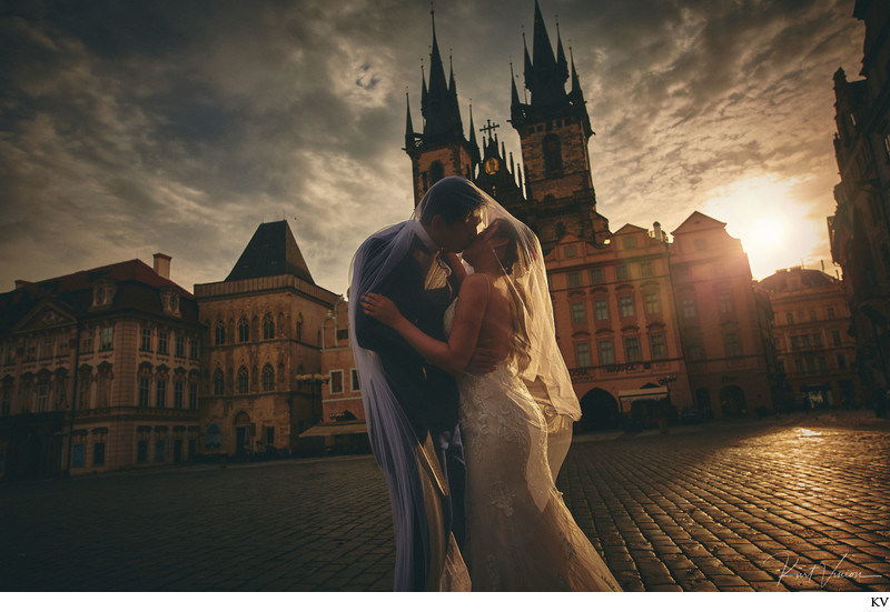 dramatic kiss under the veil Old Town Square Prague