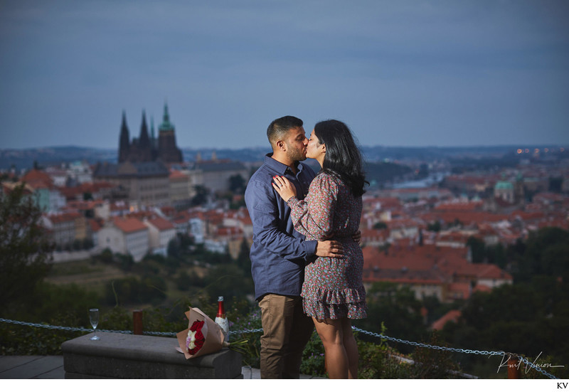 A kiss for the newly engaged I H&R I overlooking Prague