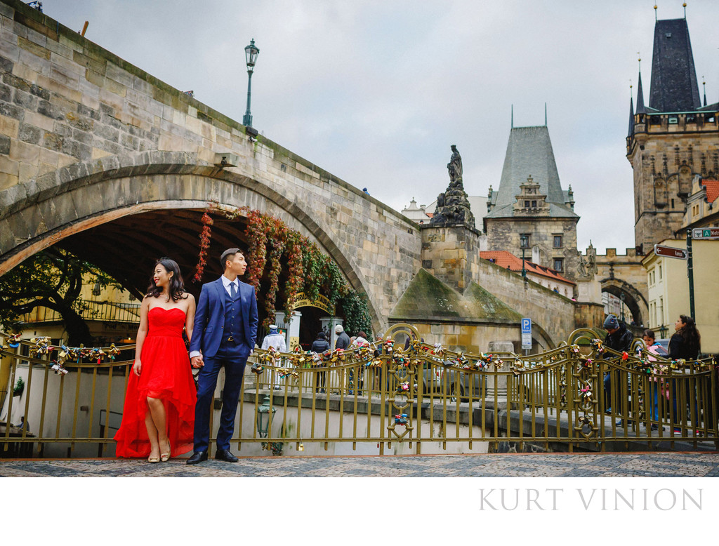 A Charles Bridge marriage proposal in Prague