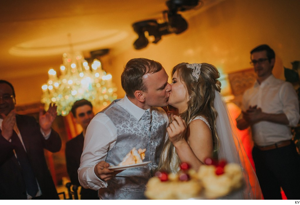 wedding cake and a kiss